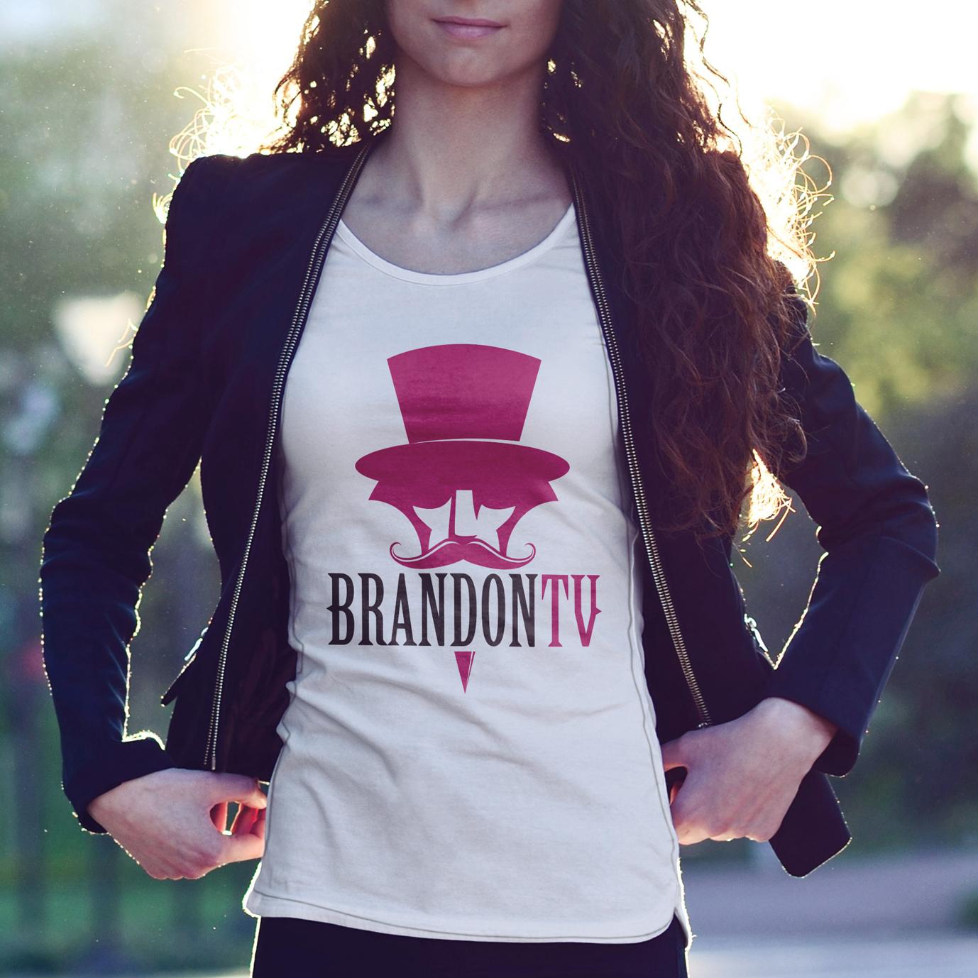donna che indossa maglietta con logo Brandontv