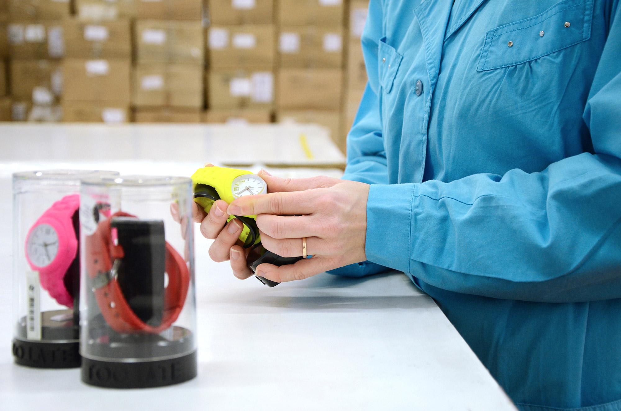 addetta al ricondizionamento oggetti che maneggia un orologio