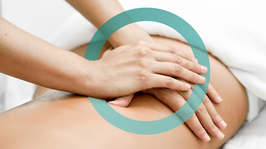Mani di massoterapsta che massaggiano una schiena. Come decoro, elemento grafico Studio Benessere360