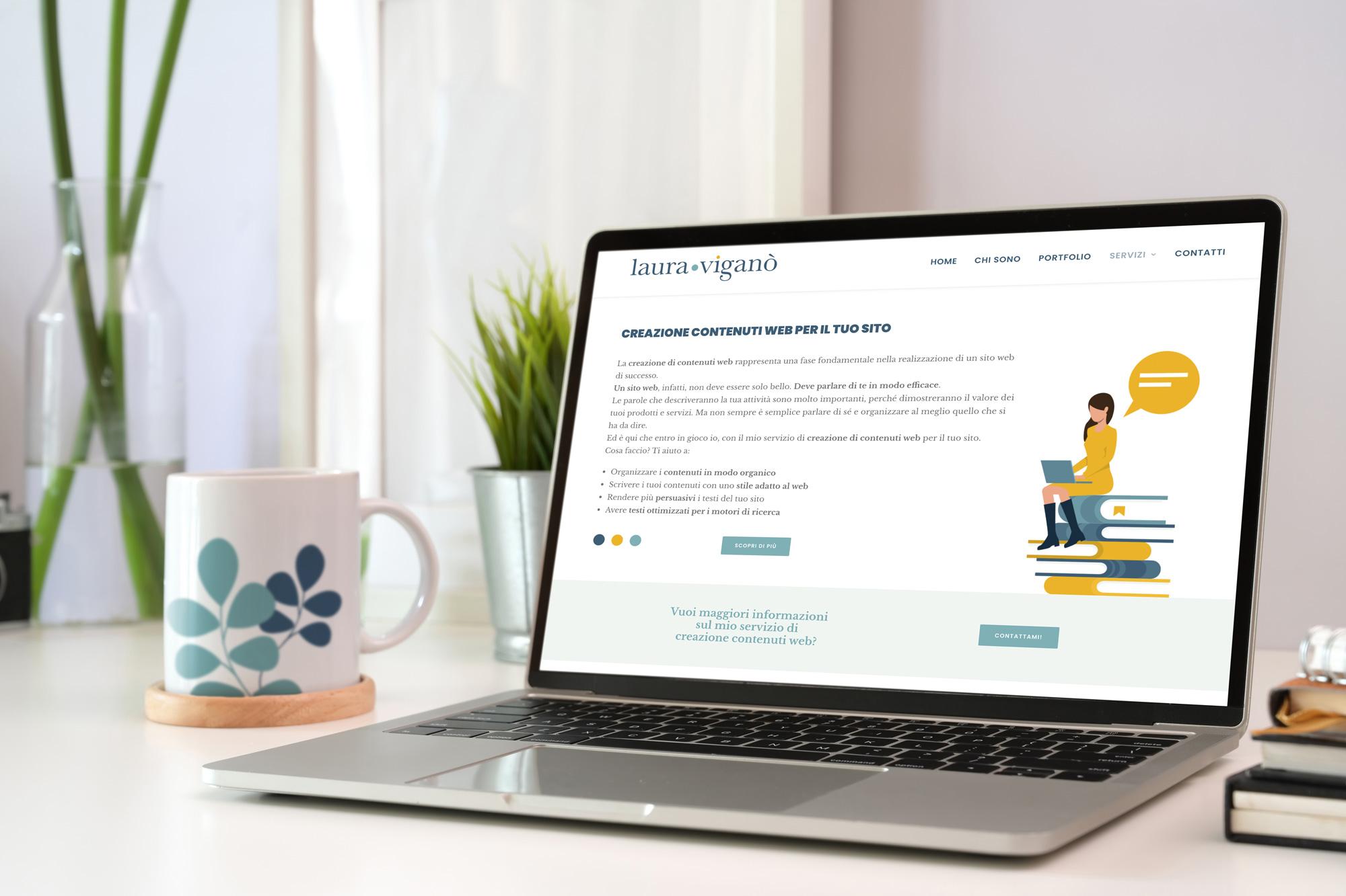 computer che visualizza disegno su una pagina del sito Laura Viganò Sitiecontenuti