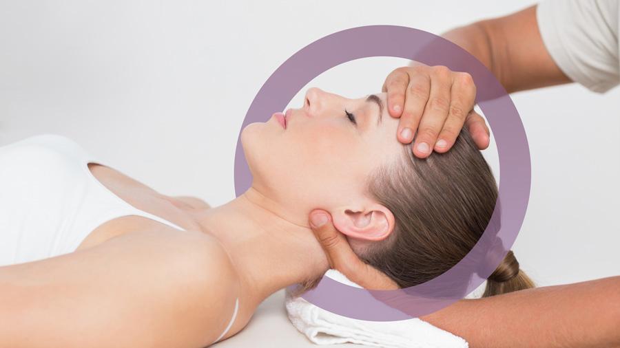 mano di osteopata che manipla la testa di una donna sdraiata. Come decoro, elemento grafico Studio Benessere360