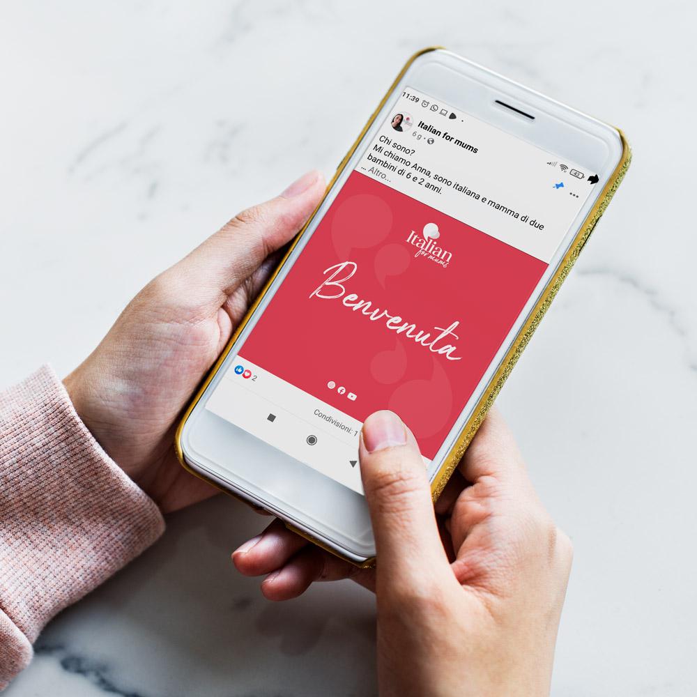 mano di donna con smartphone che visualizza la pagina facebook Italianformums