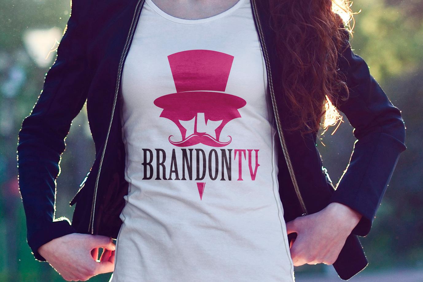 donna che indossa una tshirt con logo brandontv