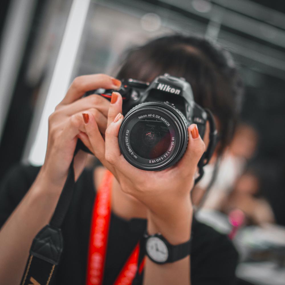 primo piano fotografa con macchina fotografica