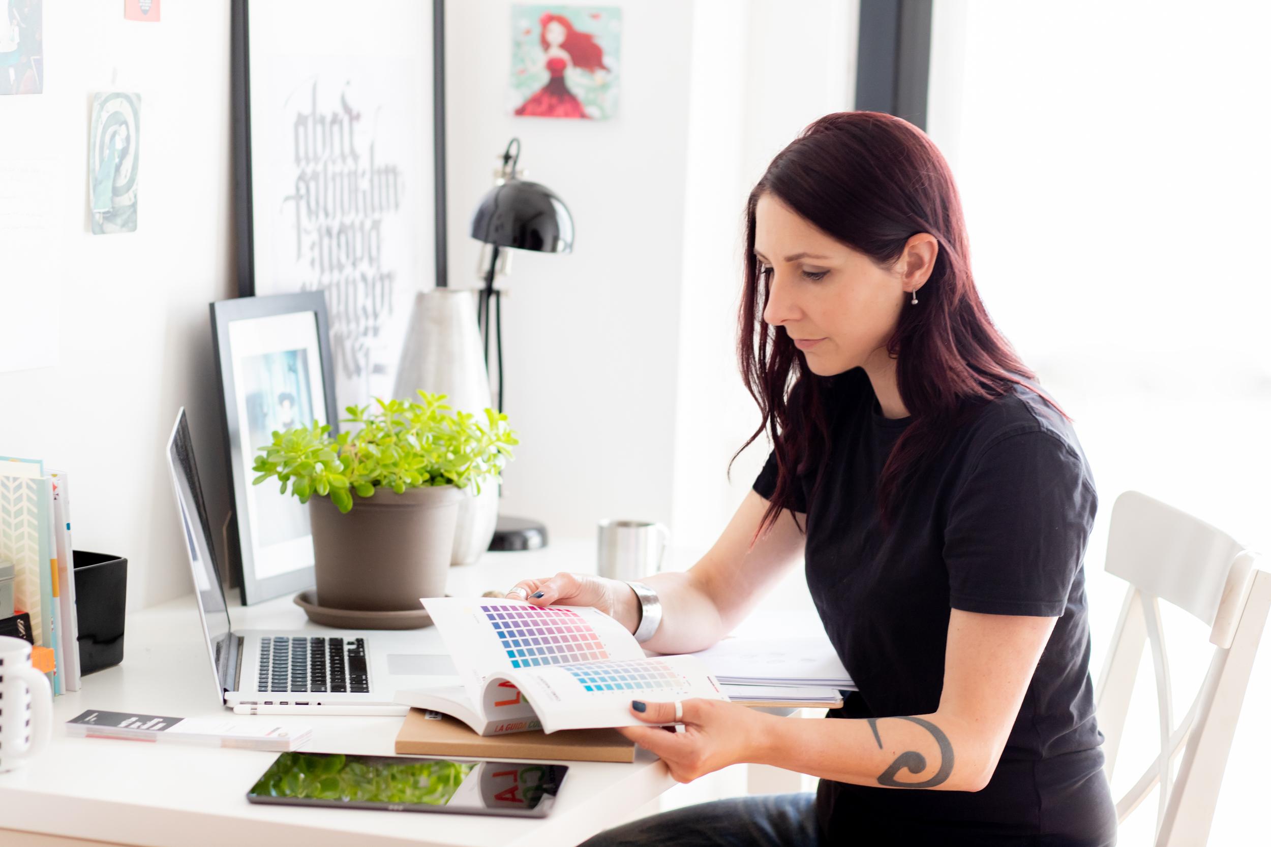 donna designer che legge una tavola colori
